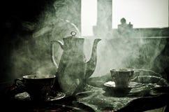 Тема чая и кофе предпосылки еды Старый винтажный керамический бак чая или кофе с чашками кувшином и чашкой сахара на темной предп Стоковое Изображение