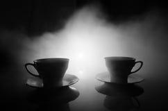 Тема чая и кофе предпосылки еды Старый винтажный керамический бак чая или кофе с чашками кувшином и чашкой сахара на темной предп Стоковые Фотографии RF