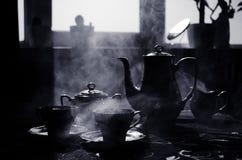 Тема чая и кофе предпосылки еды Старый винтажный керамический бак чая или кофе с чашками кувшином и чашкой сахара на темной предп Стоковые Фото