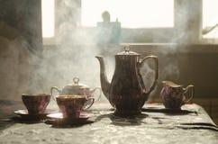 Тема чая и кофе предпосылки еды Старый винтажный керамический бак чая или кофе с чашками кувшином и чашкой сахара на темной предп Стоковая Фотография