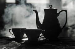 Тема чая и кофе предпосылки еды Старый винтажный керамический бак чая или кофе с чашками кувшином и чашкой сахара на темной предп Стоковые Изображения RF