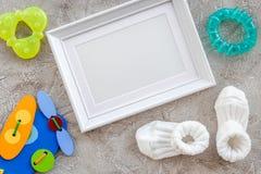 Тема для детского душа с ботинками и космос взгляд сверху предпосылки белой рамки серый для текста Стоковая Фотография RF
