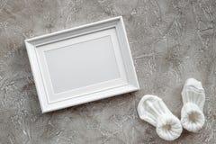 Тема для детского душа с ботинками и космос взгляд сверху предпосылки белой рамки серый для текста Стоковое Изображение RF