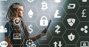 Тема Cryptocurrency при молодой человек используя таблетку стоковая фотография
