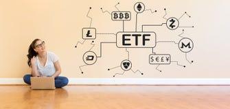 Тема Cryptocurrency ETF при молодая женщина используя портативный компьютер стоковые фотографии rf