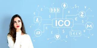 Тема Cryptocurrency ICO с молодой женщиной стоковое фото rf