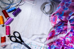 Тема needlework, шить, dressmaking, швейная машина Стоковое Фото