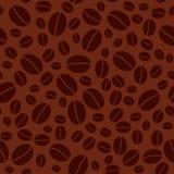Темная безшовная картина с кофейными зернами Стоковая Фотография