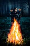 Темная ведьма колдует Стоковые Фотографии RF