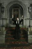Темная ведьма поднимает ее оружия к небу стоковые изображения rf