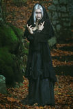 Темная ведьма представляя в древесинах стоковые изображения