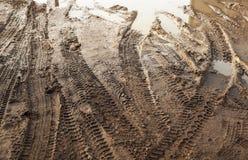 Темная грязь дороги с следами автошины Стоковое Изображение