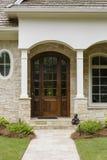 Темная деревянная дверь, с сводами и фасадом кирпича Стоковое Фото