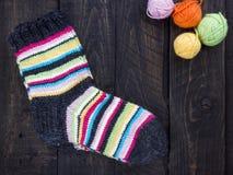Темная деревянная винтажная предпосылка и шерстяные носки Стоковое Изображение