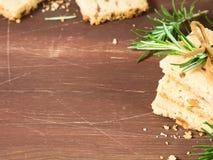 Темная деревянная предпосылка с печеньями масла Стоковая Фотография RF