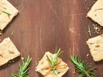 Темная деревянная предпосылка с печеньями розмаринового масла Стоковая Фотография RF
