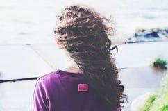 Темная женщина вьющиеся волосы на пляже Стоковое Изображение RF
