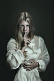 Темная женщина и жест безмолвия Стоковое Фото