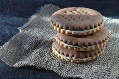 Темная завалка печений сахара со сливками Очень вкусное добавление к чаю или кофе на завтрак стоковое изображение