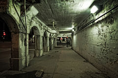 Темная и песчаная улица и переулок города Чикаго городская на ноче de Стоковые Изображения RF