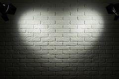 Темная и серая кирпичная стена с световым эффектом формы сердца и тенью, абстрактным фото предпосылки, оборудованием освещения Стоковая Фотография