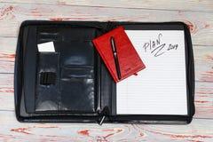 темная кожаная сумка для документов в нем надпись плана слова Ручка, телефон, корона и прачечная там стоковые фотографии rf