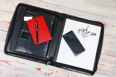 темная кожаная сумка для документов в нем надпись плана слова Ручка, телефон, корона и прачечная там стоковые фото