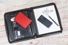 темная кожаная сумка для документов в нем надпись плана слова Ручка, телефон, корона и прачечная там стоковая фотография