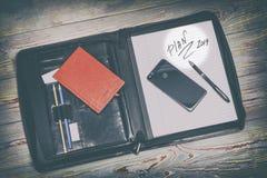темная кожаная сумка для документов в нем надпись плана слова Ручка, телефон, корона и прачечная там стоковые изображения
