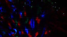 Темная комната, гирлянды горит, на лож таблицы игрушки конфета и ` s Нового Года Взгляд сверху сток-видео
