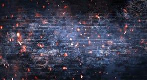 Темная комната подвала, пустая старая кирпичная стена, искры огня и свет на стенах и деревянном поле стоковое фото rf