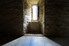 Темная комната с окном каменных стен Стоковая Фотография
