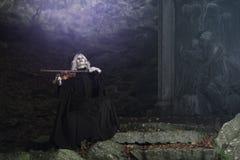 Темная мелодия скрипки от вампира стоковые фото