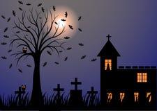 Темная ноча с луной, летучими мышами, деревьями, могилами и замком Стоковые Изображения RF