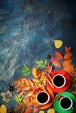 Темная предпосылка осени с 3 чашками кофе и листьями осени Стоковые Изображения RF