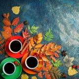 Темная предпосылка осени с 3 чашками кофе и листьями осени Стоковое Изображение