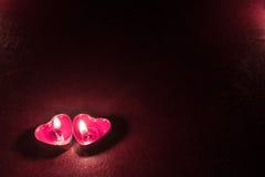 Темная предпосылка с сердцами свечи Стоковые Фото