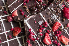 Темная расшива шоколада с сухофруктом и гайками стоковое изображение