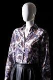 Темная рубашка с цветочным узором Стоковое Изображение