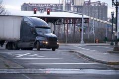 Темная современная большая снаряжения тележка semi с сухим фургоном трейлером поворачивая дальше t Стоковые Фотографии RF