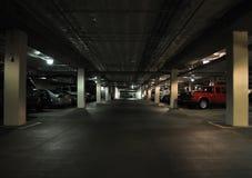 темная структура стоянкы автомобилей стоковая фотография rf