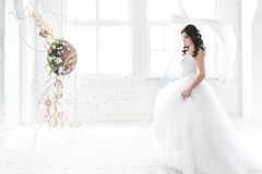 Темная с волосами невеста в ослеплять белом платье свадьбы стоковые фотографии rf
