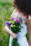 Темная с волосами женщина в платье лета держа пук красочной подачи Стоковая Фотография RF