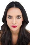 Темная с волосами женщина с красными губами стоковые изображения rf