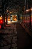 Темная улица города на ноче Стоковая Фотография RF