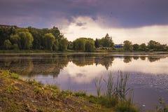 Темное бурное небо над рекой Лето Landscape_ Стоковая Фотография