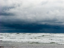Темное и бурное небо на пляже Стоковое фото RF