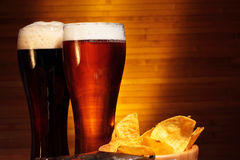 Темное и светлое пиво стоковое изображение