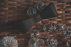 Темное коричневое bowtie на предпосылке с accsesorise стоковые фото