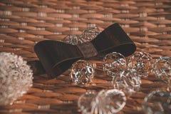 Темное коричневое bowtie на предпосылке с accsesorise стоковое изображение